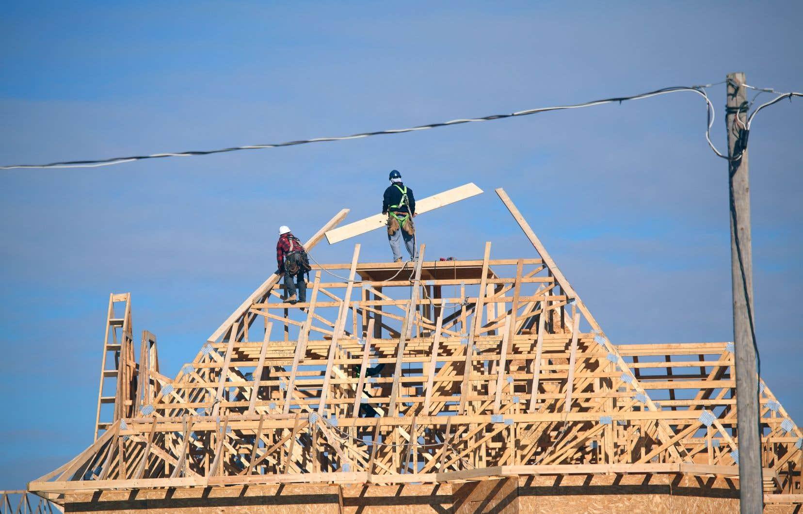 Dans l'ensemble des régions du Canada, le nombre mensuel désaisonnalisé et annualisé de mises en chantier d'habitations est passé de 195453 en mai à 211681 en juin, soit une augmentation de 8,3%.