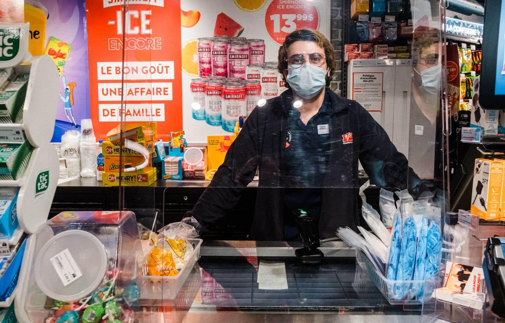 Le Programme québécois incitatif pour la rétention des travailleurs essentiels (PIRTE) offrait une prime imposable de 100$ par semaine aux travailleurs essentiels qui gagnent 550$ ou moins par semaine.