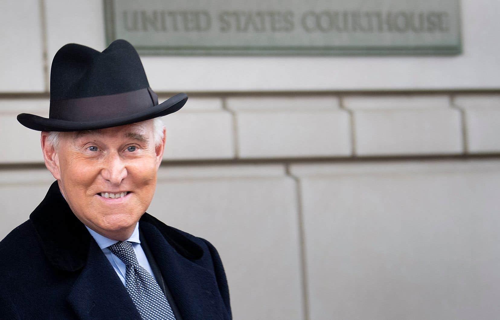 Roger Stone quitte la Cour fédérale après une audience de détermination de sa peine le 20 février 2020 à Washington.