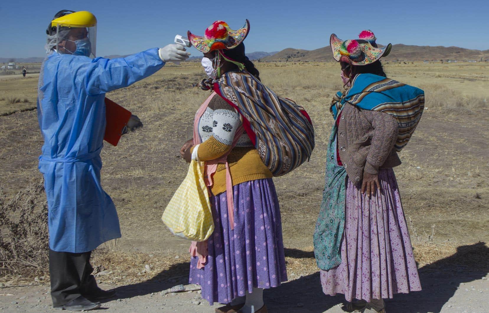 La COVID-19 poursuit ses ravages en Amérique latine, comme ici au Pérou, qui a fermé sa frontière avec la Bolivie.