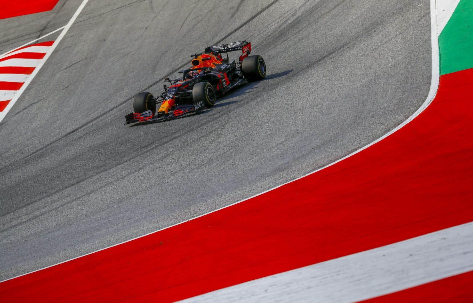 En piste, à Spielberg, le pilote Red Bull Max Verstappen a devancé la Mercedes du Finlandais Valtteri Bottas et les deux Racing Point.