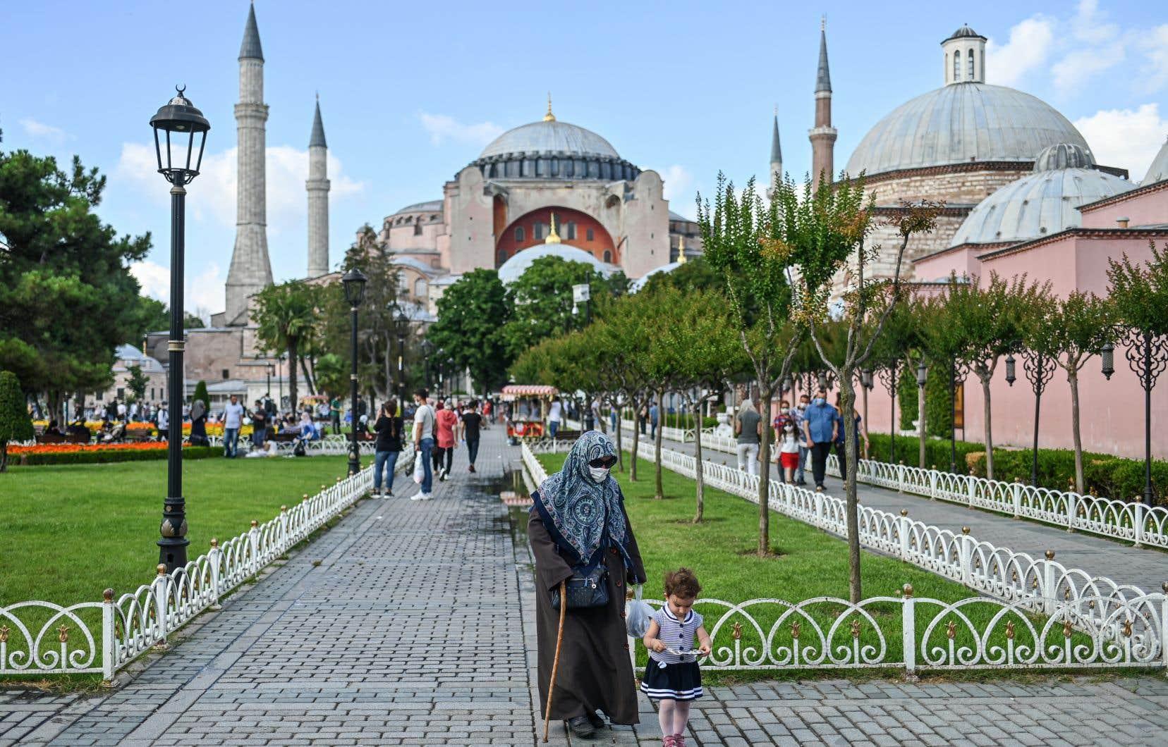 Œuvre architecturale majeure, construite au VIesiècle par les Byzantins qui y couronnaient leurs empereurs, Sainte-Sophie est classée au patrimoine mondial de l'UNESCO.