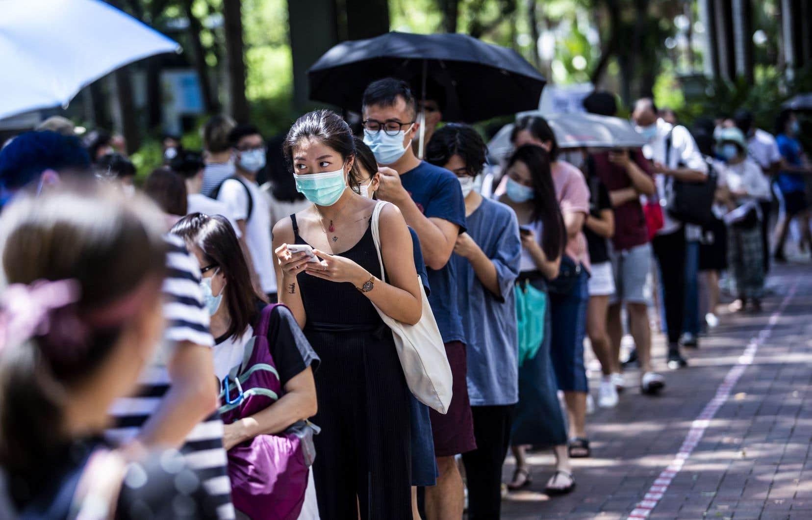 En dépit de la menace policière et sanitaire, et de la chaleur, les files d'attente se sont étirées samedi et dimanche devant les bureaux de vote informels.
