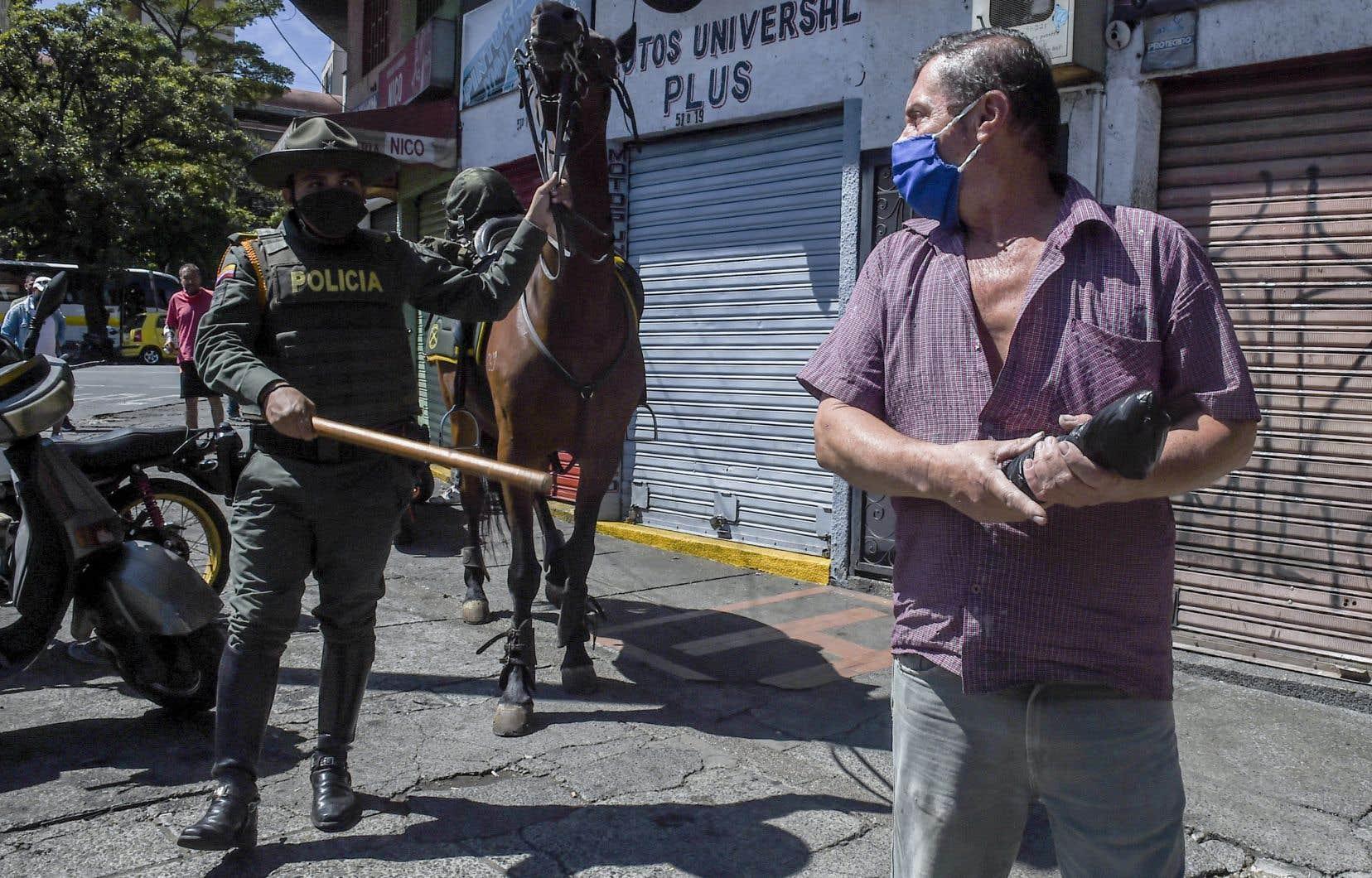 La police montée était déployée à Medellín, en Colombie, afin de faire respecter les quarantaines strictes imposées dans certaines zones.