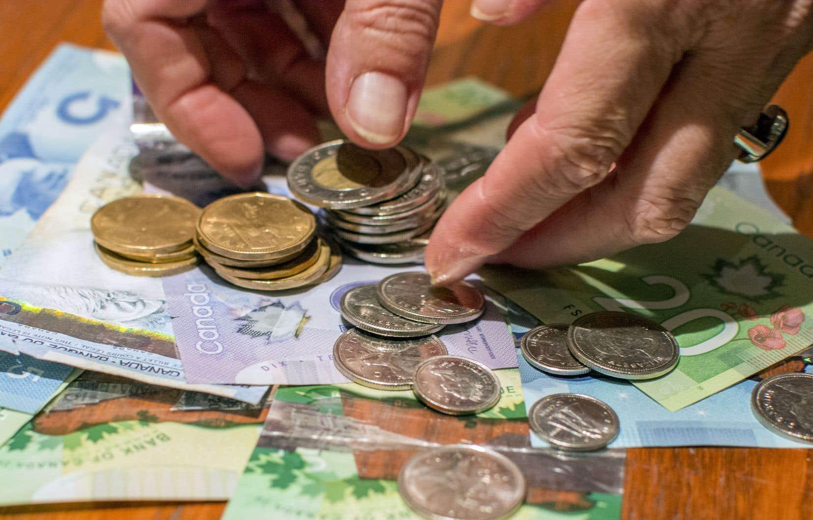 Au moment de l'enquête, les retraits moyens aux guichets automatiques s'élevaient à 195$ contre 140$ en 2017, mais, signe des temps, le montant des retraits au comptoir a, quant à lui, fondu de moitié en trois ans, d'une moyenne de 289$à seulement 141$.