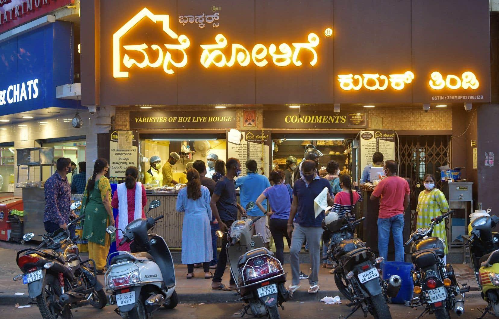 Les habitants de Bangalore se sont pressés dans les magasins mardi pour remplir leur réfrigérateur et leurs placards avant le début du reconfinement.
