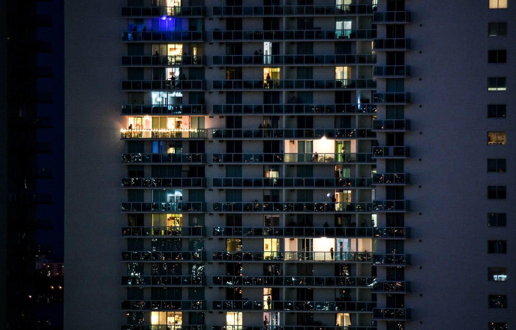 L'espagnol castillan a donné le «balconazi». Le mot décrit l'inquisiteur qui dénonce ses voisins après avoir observé de son balcon leur va-et-vient dans la rue, sans même savoir s'ils ont de bonnes raisons de se promener.