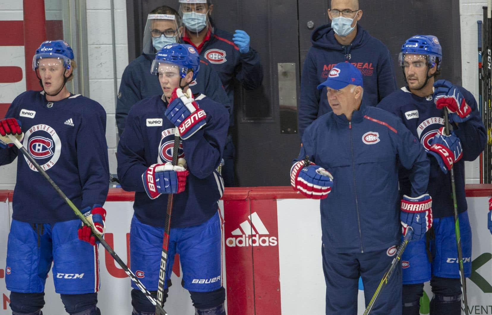Le Canadien de Montréal a lancé son camp lundi avec 33 joueurs à sa formation, incluant le défenseur Alexander Romanov et l'attaquant Max Domi, qui ne sont toujours pas dans l'entourage de l'équipe.