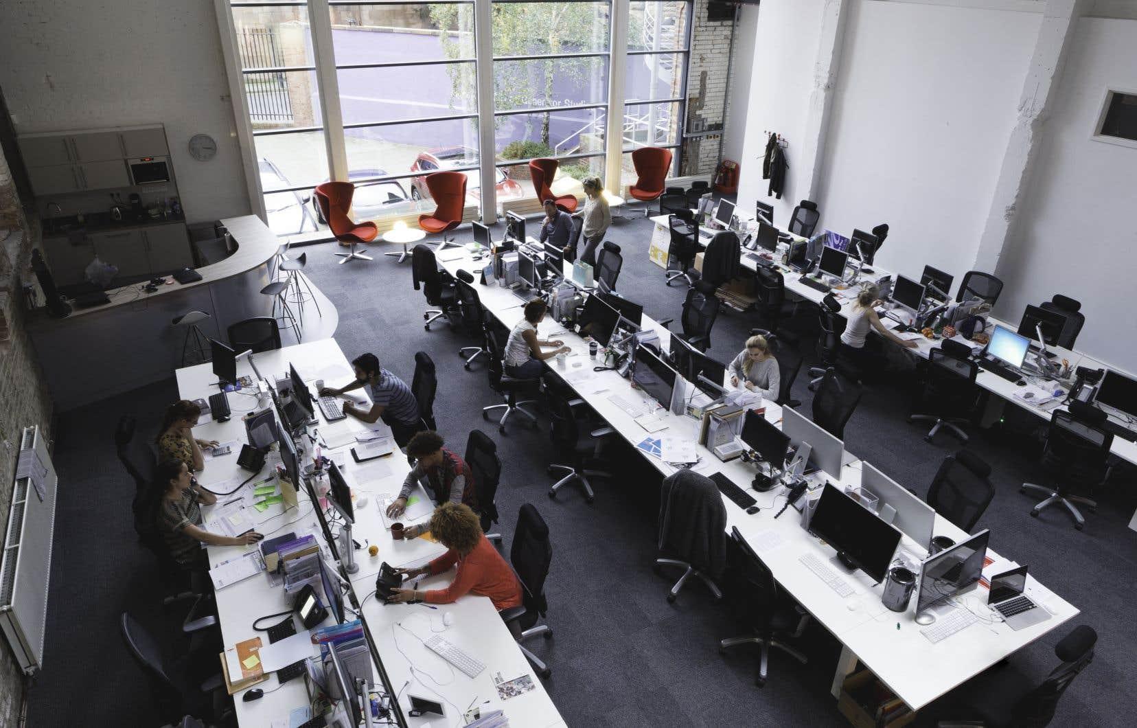 Le port du couvre-visage sera obligatoire dans tous les espaces communs des édifices à bureaux où il est impossible de respecter deux mètres de distance, par exemple dans les ascenseurs et les couloirs.