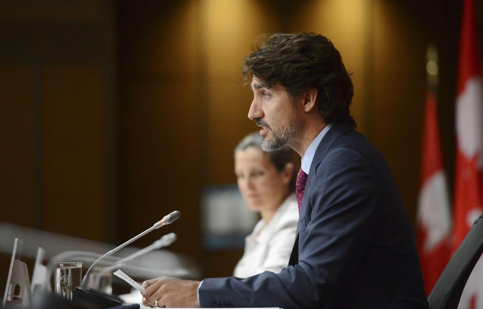 Le premier ministre, Justin Trudeau, et la ministre des Affaires intergouvernementales, Chrystia Freeland, lors de la conférence de presse visant à annoncer la conclusion d'un accord entre Ottawa et les provinces sur un plan de relance de l'économie.