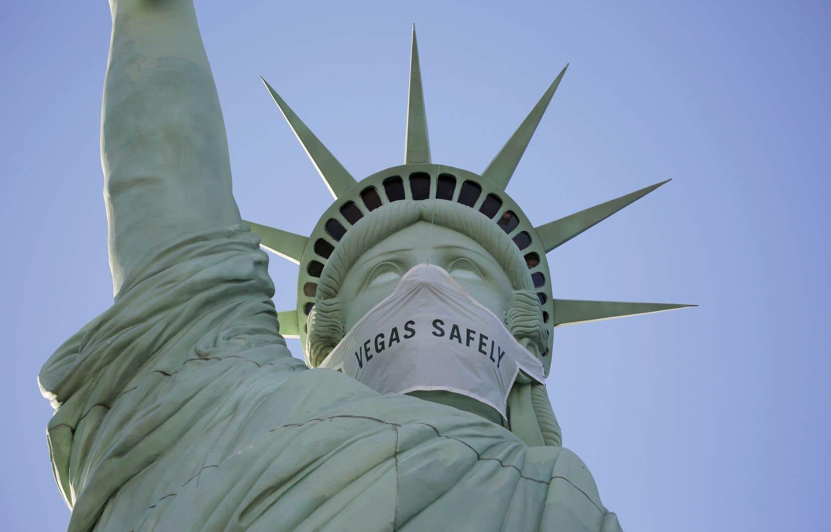 Avec près de 78000 nouveaux cas rapportés aux États-Unis, selon un bilan complet de la journée de jeudi par l'Université Johns Hopkins, le pays reste en pleine ascension épidémique.