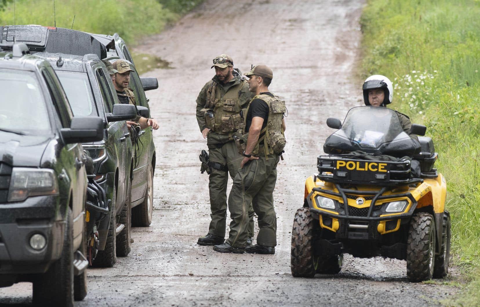 La Sûreté du Québec (SQ) ratisse toujours le secteur à pied, en véhicule tout-terrain (VTT), à l'aide d'escouades canines et d'agents de protection de la faune.