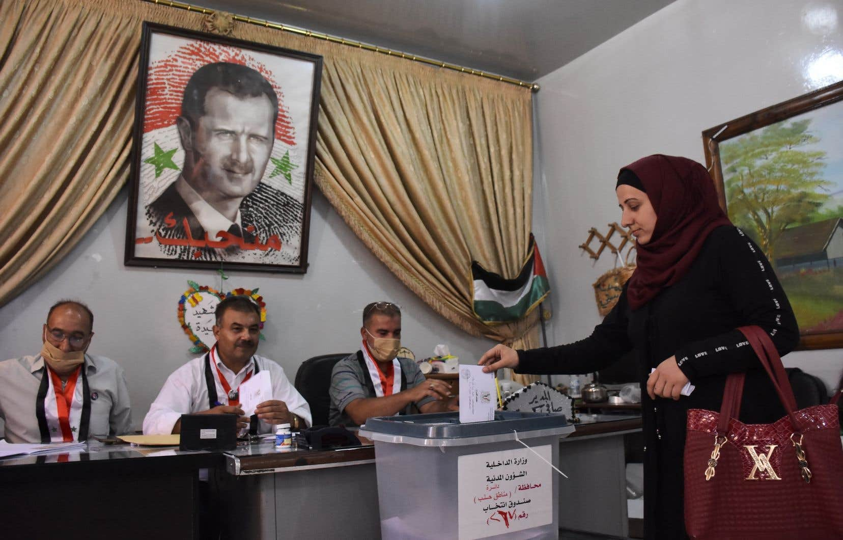 Le parti Baas, au pouvoir depuis un demi-siècle et intimement lié au clan Assad, remporte généralement haut la main les législatives, organisées tous les quatre ans.