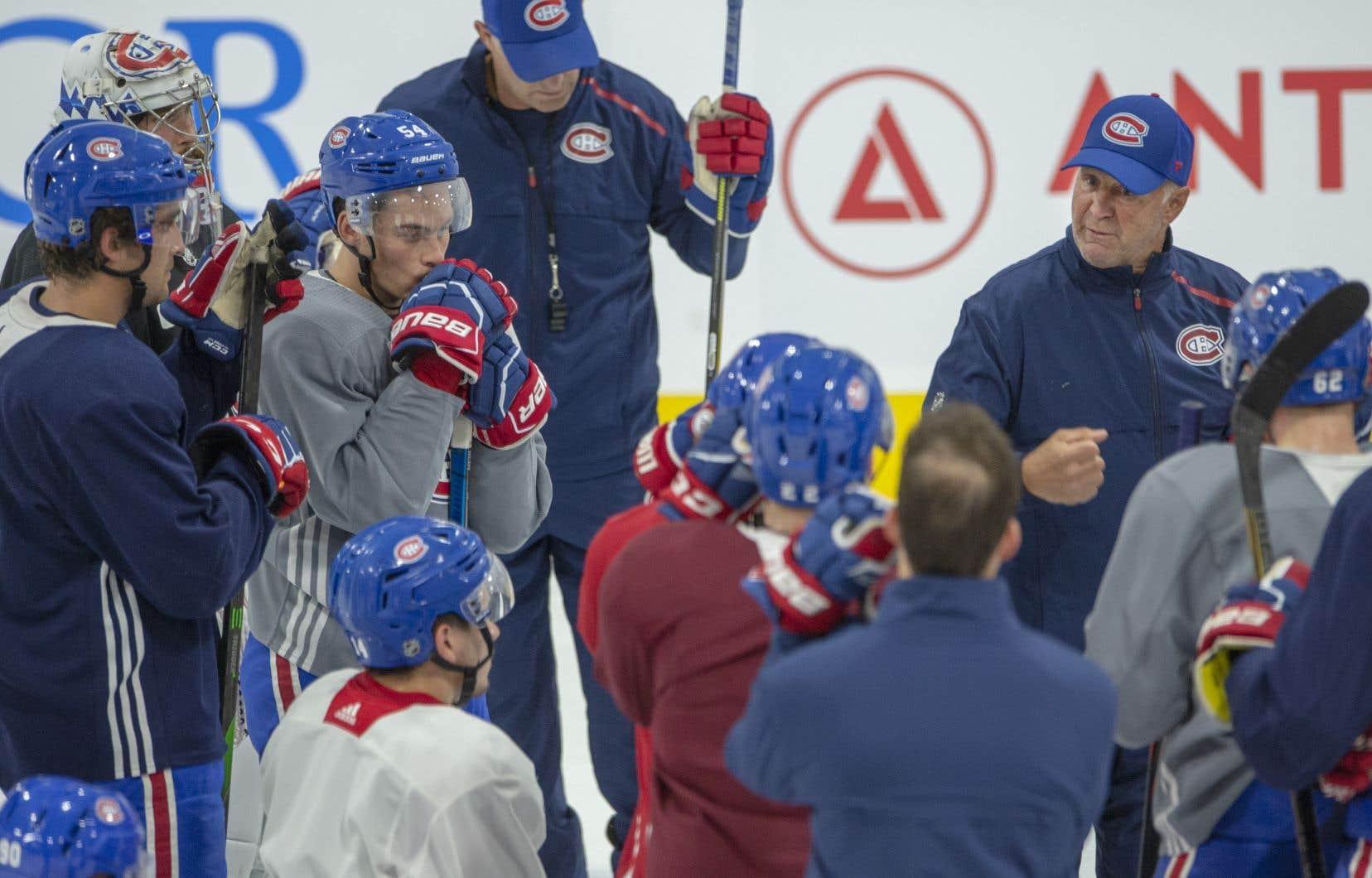 Les absences lors des séances d'entraînement soulèvent des questions sur la bridage de l'entraîneur-chef du Canadien de Montréal, Claude Julien.