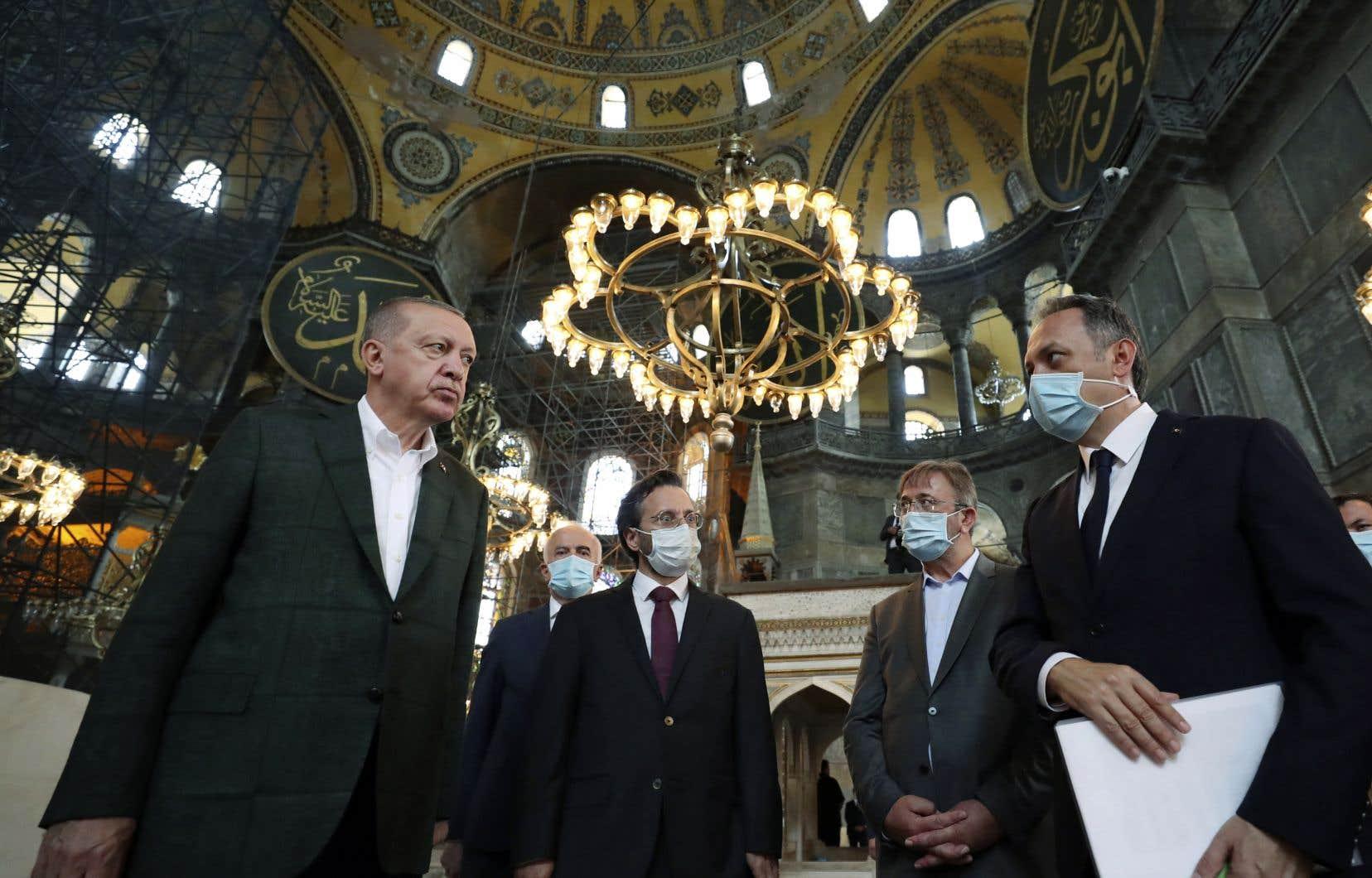 Le président turc, Recep Tayyip Erdoğan (à gauche), discutant avec ses adjoints lors de sa visite de dimanche à Sainte-Sophie