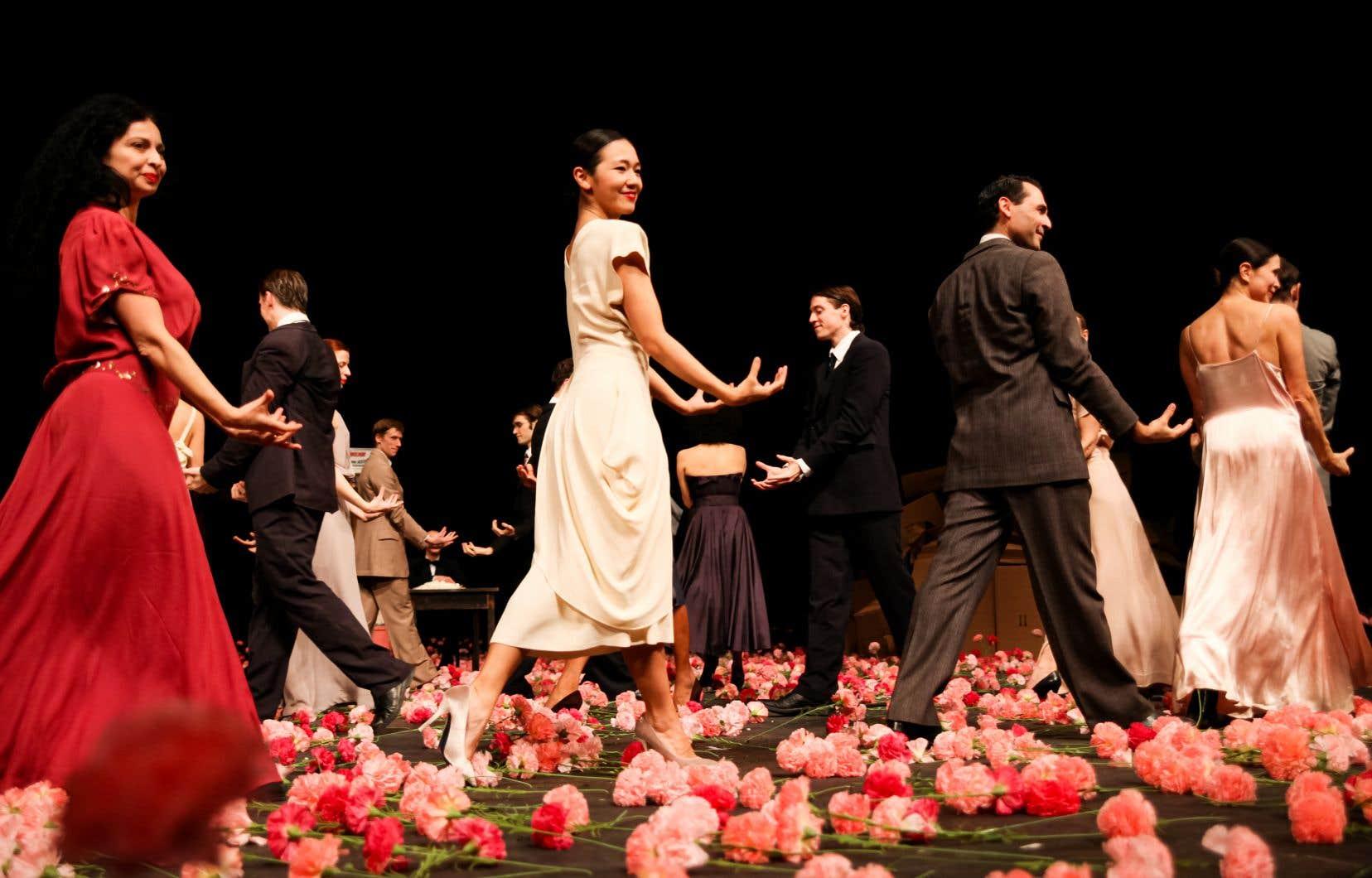 Le spectacle «Nelken<i>»</i> (notre photo), de la compagnie allemande Tanztheater Wuppertal Pina Bausch, compte 50 artistes. Toutes les représentations à Montréal affichaient complet.