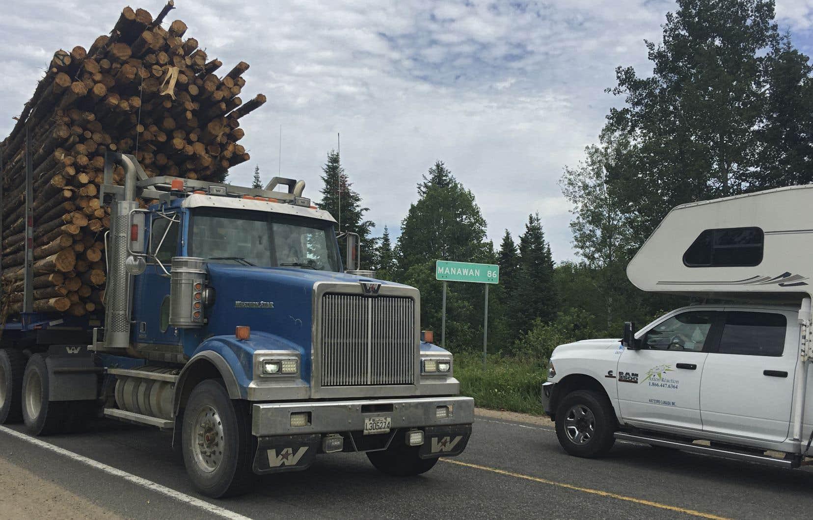 Les camions de bois sont nombreux à rouler sur le chemin Manawan.