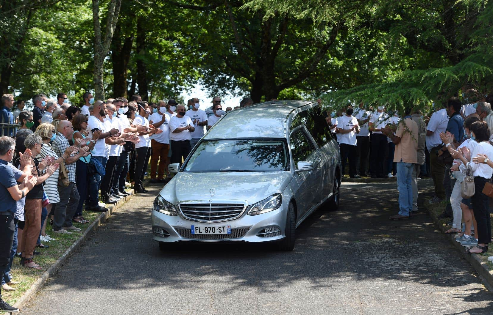 Plusieurs centaines de personnes massées devant l'église Sainte-Croix ont applaudi au passage du convoi funéraire.