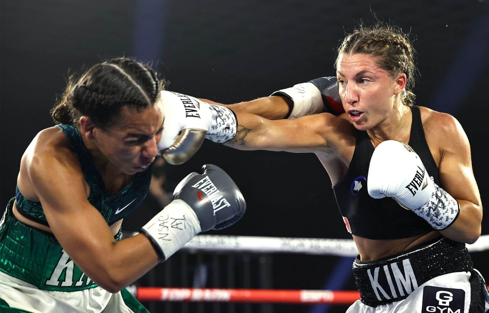 Kim Clavel (à droite) a conservé sa fiche parfaite en disposant de Natalie Gonzalezpar décision unanime mardi.