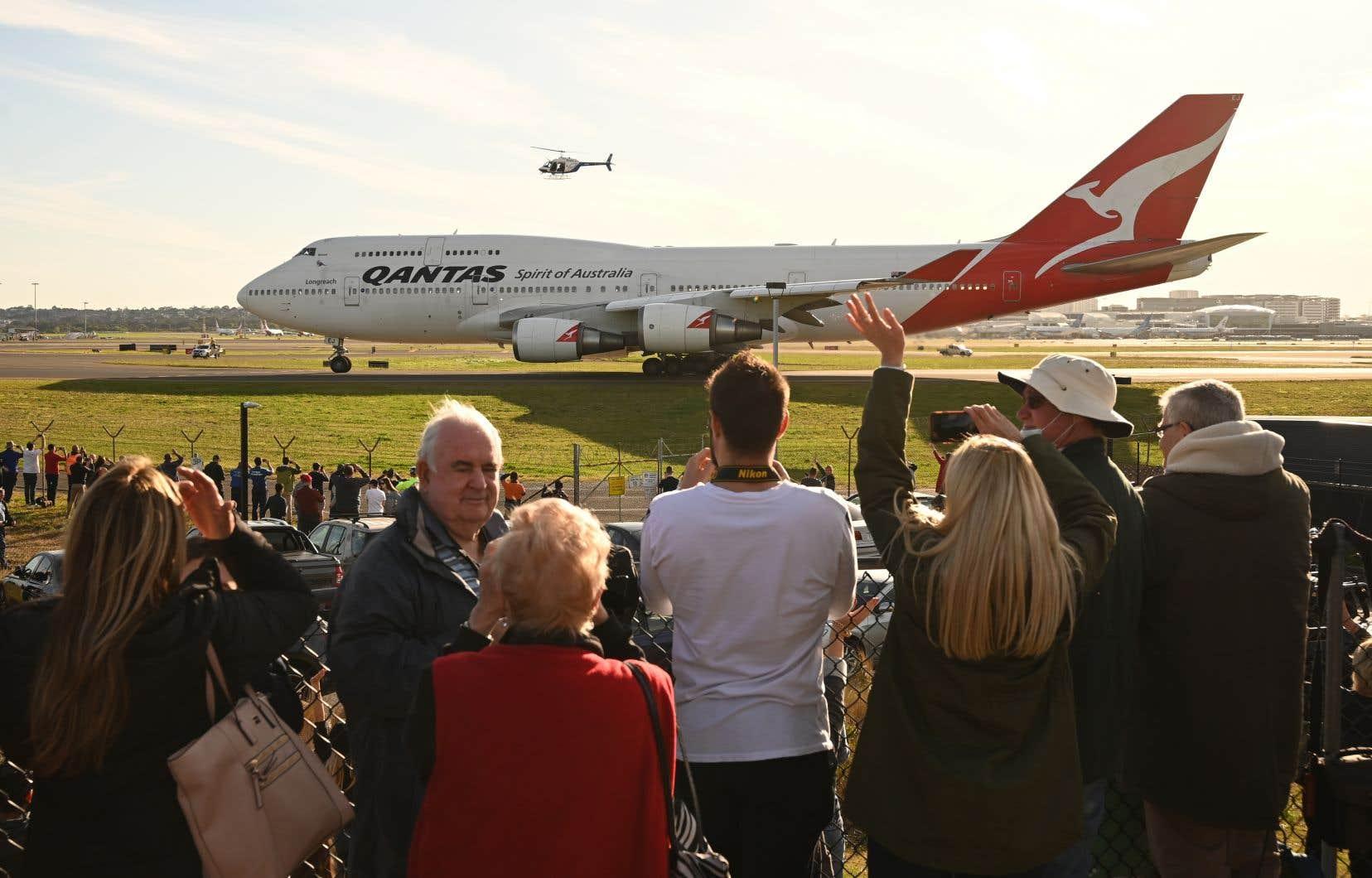 <p>Plusieurs amateurs d'aviation, ainsi que 150 anciens pilotes et membres d'équipage, se sont réunis mercredi à l'aéroport de Sydney pour faire leurs adieux au «Jumbo-jet».</p>