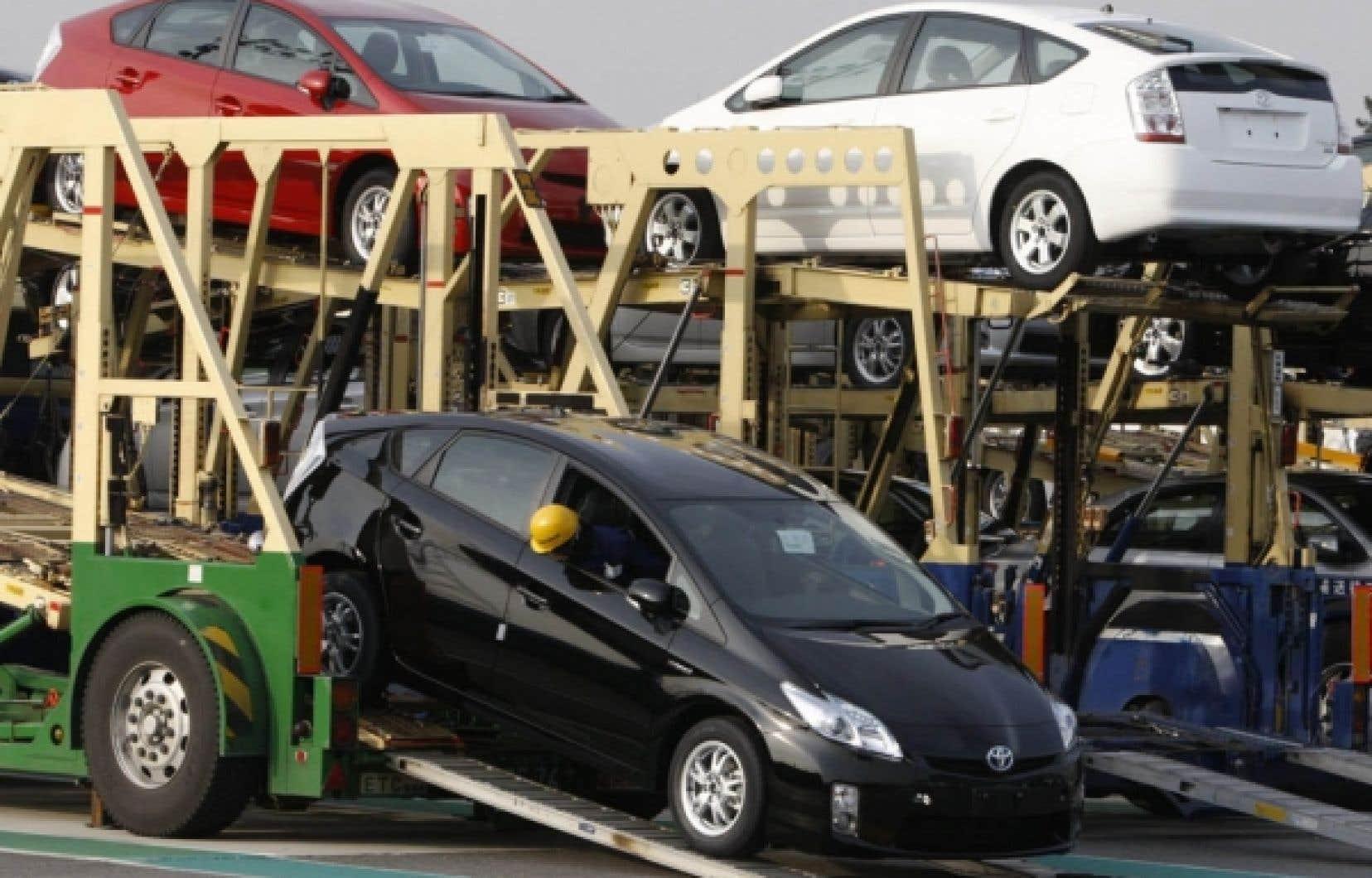 Toyota est resté le premier constructeur automobile mondial en 2010, malgré la crise des rappels qui l'a ébranlé, mais le groupe japonais pourrait vite perdre sa couronne au profit de l'américain General Motors en phase de reprise.