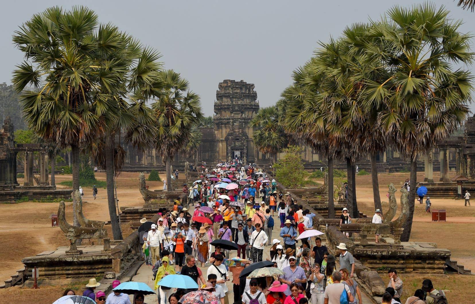 Une foule de touristes visitant le temple d'Angkor Wat, au Cambodge, au printemps 2019