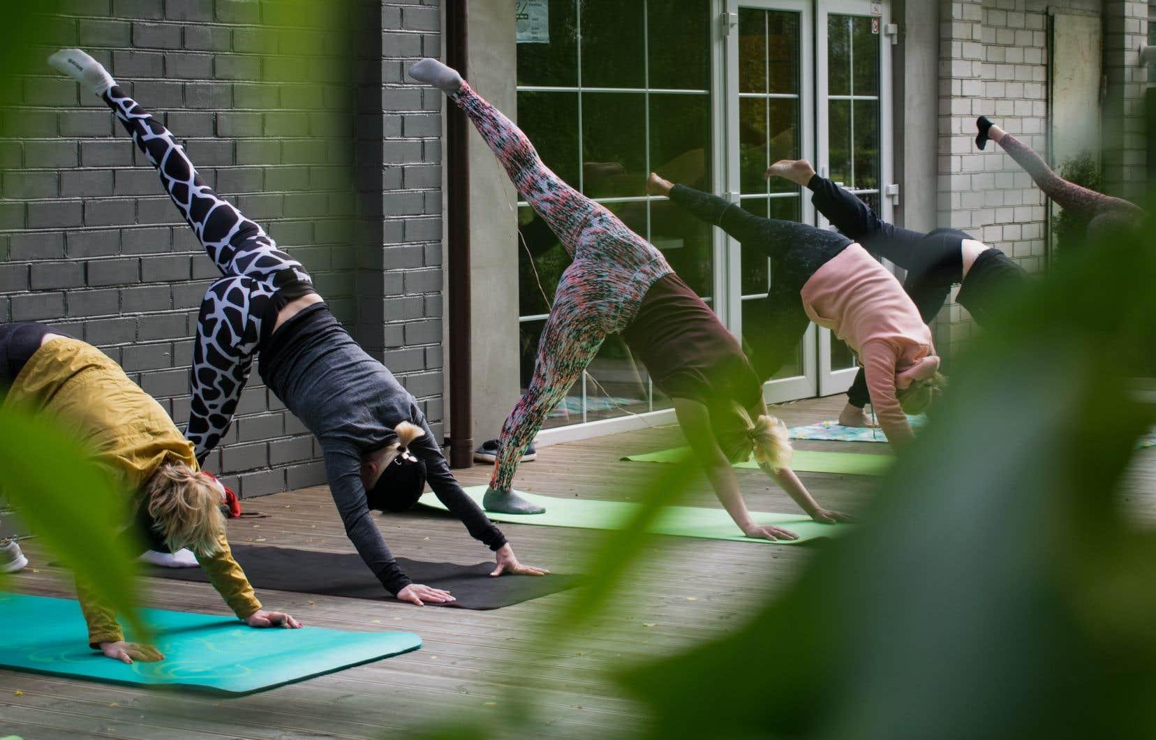 Pourquoi autant de moments magiques se vivent-ils dans les retraites de yoga? s'interroge l'autrice.