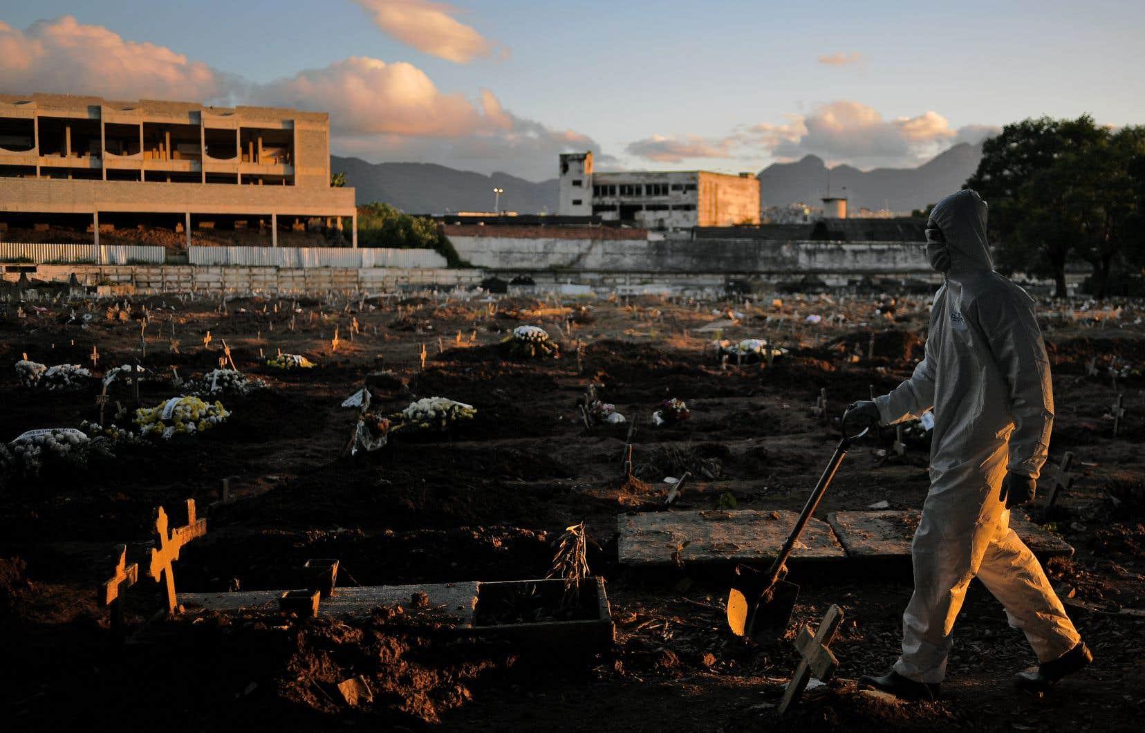 La courbe de la pandémie est loin d'être contrôlée au Brésil, où la moyenne des décès sur sept jours glissants demeure supérieure à 1000 depuis plus d'un mois, avec de grandes disparités régionales.
