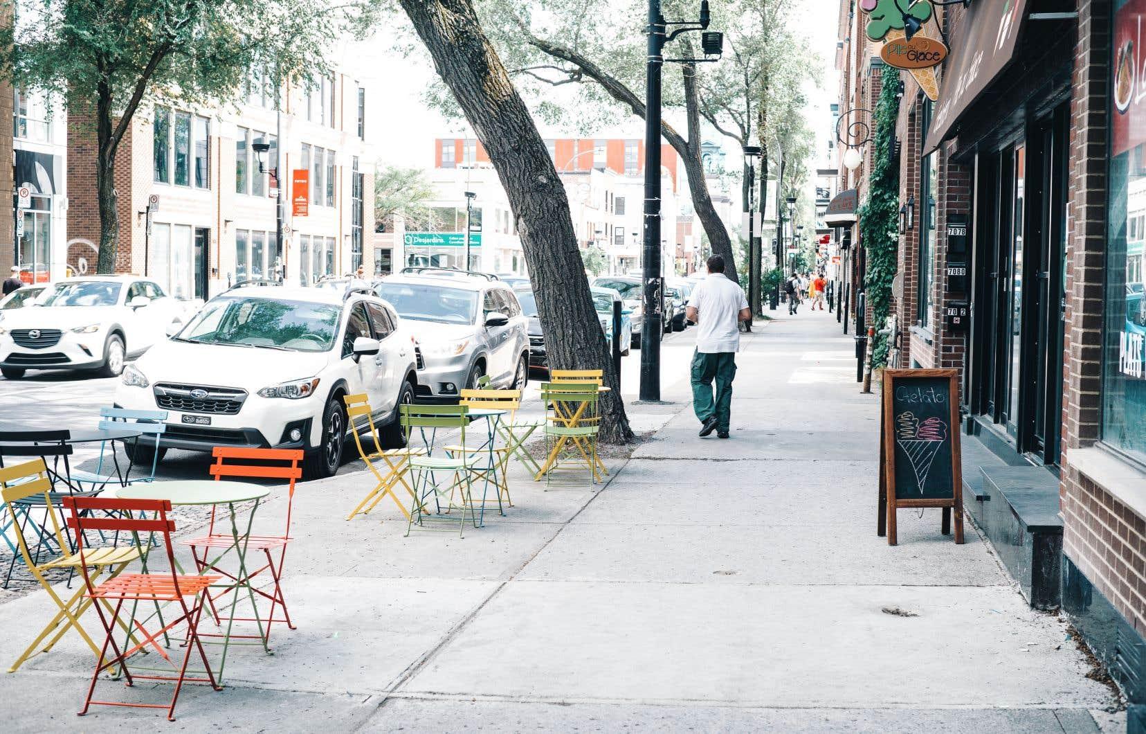 Si les voitures sont désormais interdites sur l'avenue du Mont-Royal, elles sont encore reines sur le boulevard Saint-Laurent, dans la Petite-Italie.