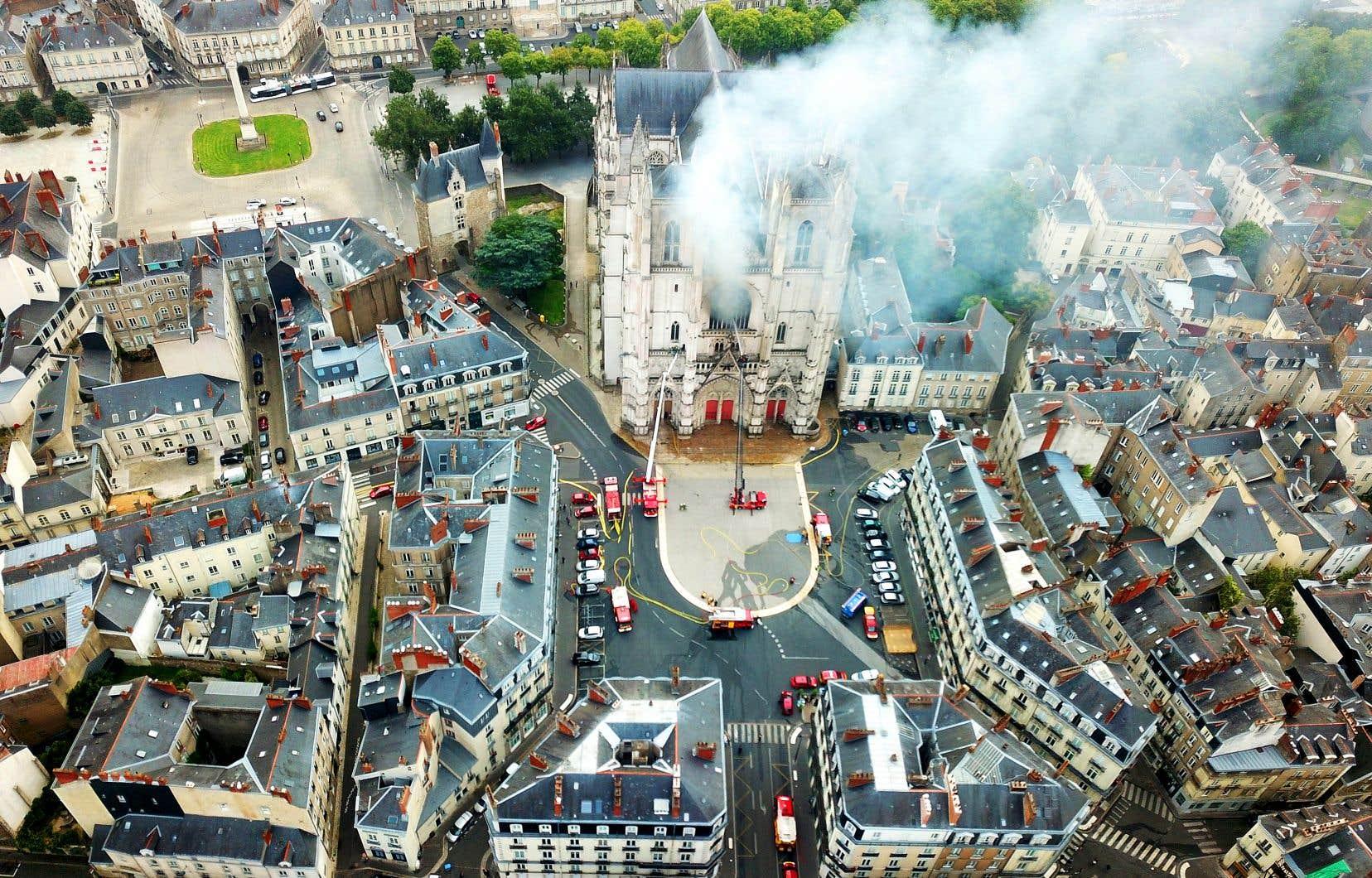 L'édification de la cathédrale, de style gothique flamboyant, a duré plusieurs siècles (de 1434 à 1891). Son incendie a suscité une vive émotion chez les Nantais, étant survenu 15 mois après celui de Notre-Dame de Paris.