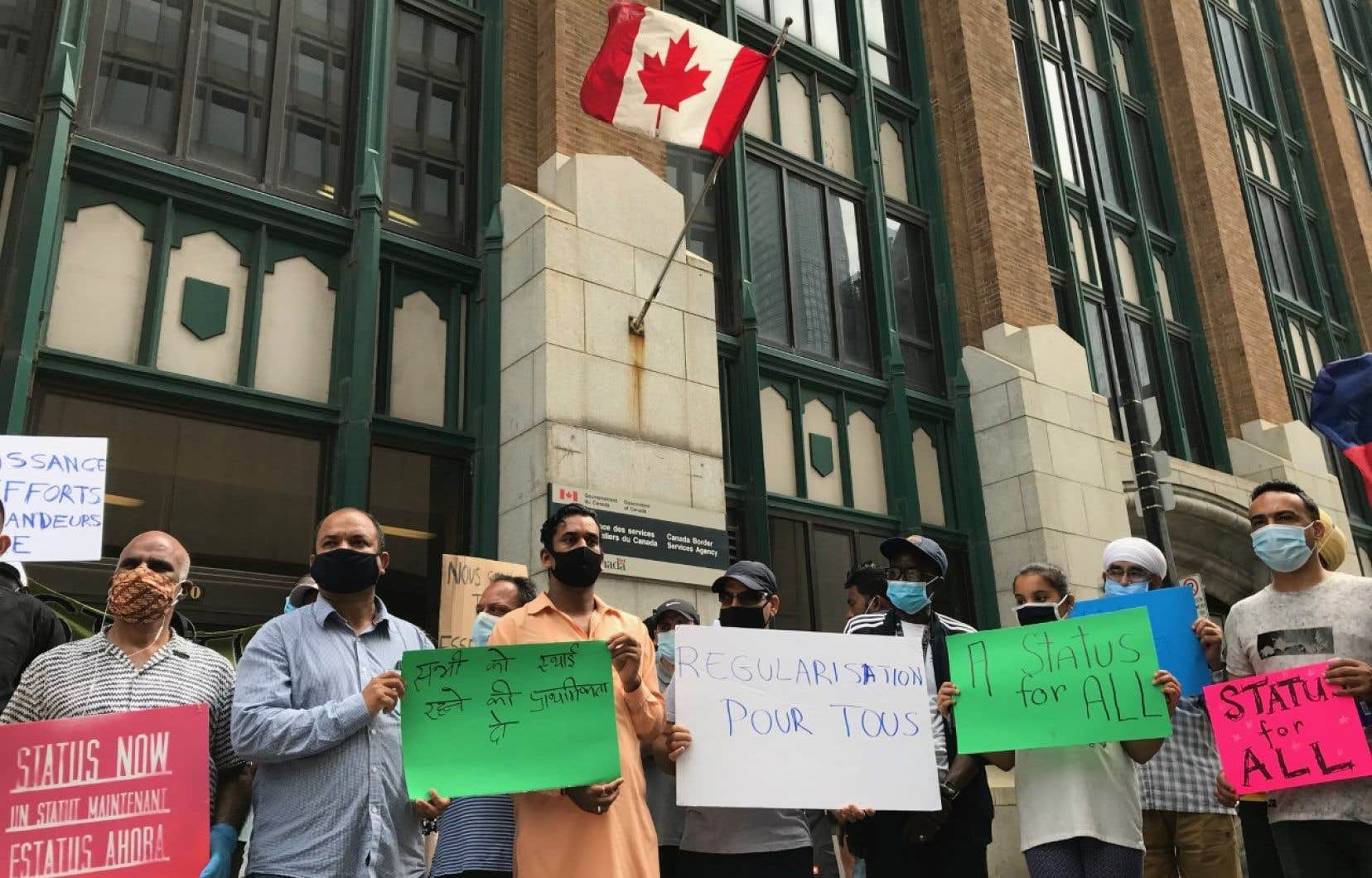 Des migrants sans papiers, des travailleurs agricoles temporaires, des demandeurs d'asile et des étudiants internationaux ont manifesté dimanche devant les bureaux d'Immigration, Réfugiés et Citoyenneté Canada, dans le Vieux-Montréal.