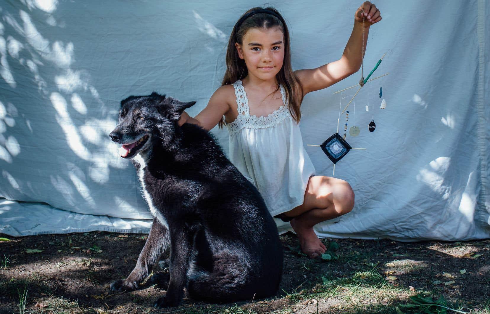 Léonie, 9 ans, a fabriqué un mobile dans le cadre d'un atelier de philocréation avec des objets oubliés, notamment des médailles qui lui rappellent sa chienne, Gogo.