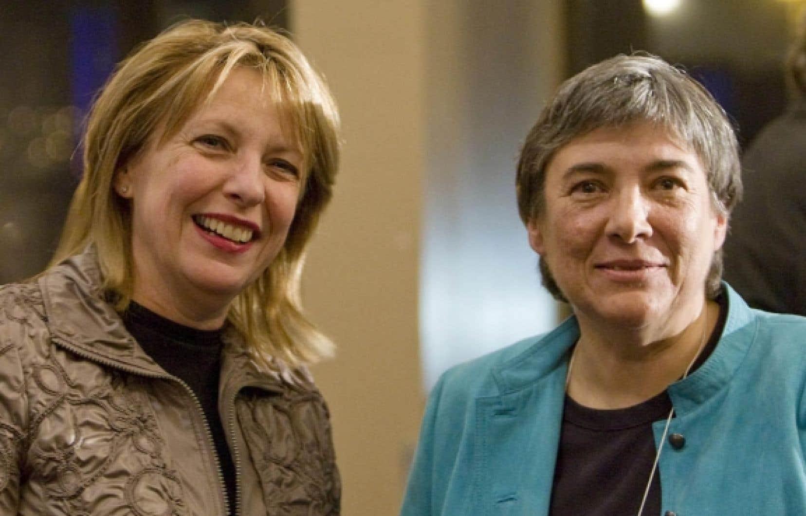 La ministre de la Culture, Christine St-Pierre, et la journaliste-professeure Dominique Payette, en 2009, lors de la création du Groupe de travail sur le journalisme et l'avenir de l'information au Québec.<br />