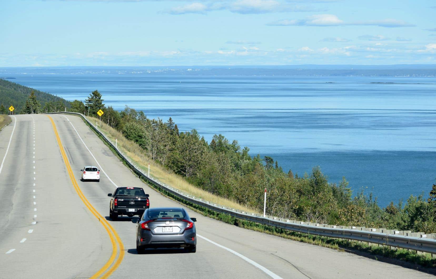 Dans Charlevoix, la route 138 longe parfois l'estuaire du fleuve Saint-Laurent.