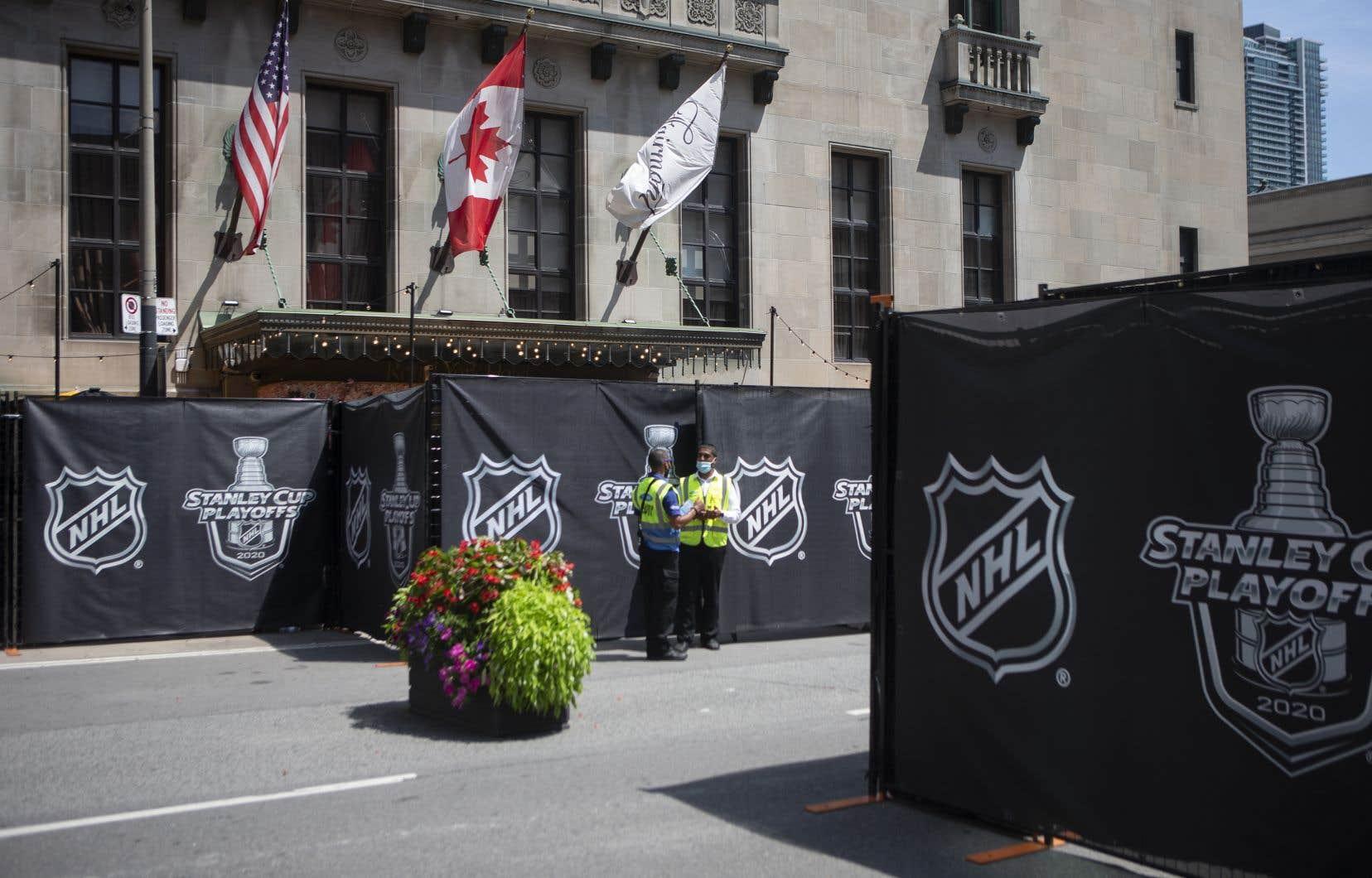 Des gardes de sécurité sont postés devant l'hôtel Royal York, à Toronto, où les joueurs de toutes les équipes logent.