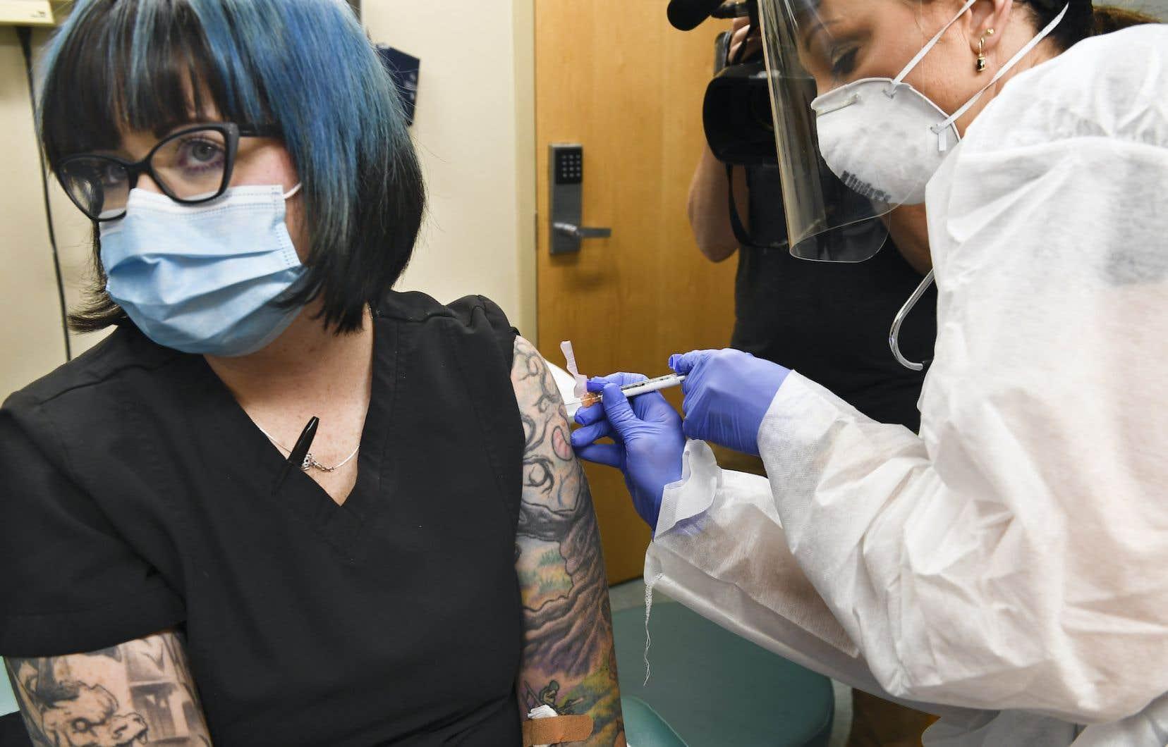 L'infirmière Melissa Harting était lundi matin l'une des premières personnes à se voir injecter le vaccin expérimental de l'entreprise Moderna ou... un placebo.