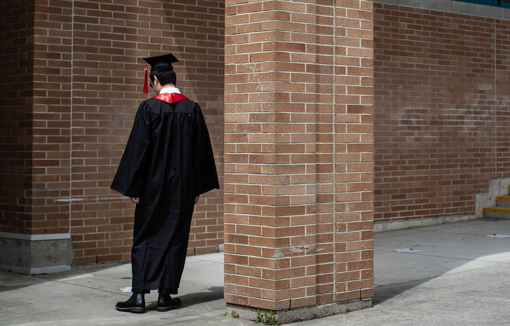 Selon l'étude de Statistique Canada, les nouveaux diplômés du baccalauréat accuseront les pertes les plus élevées.