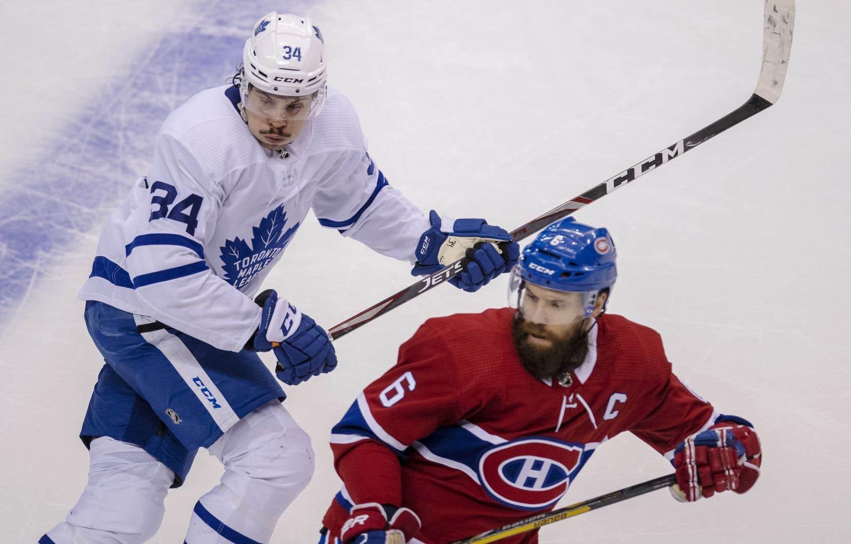 Auston  Matthews,  des Maple Leafs de Toronto, pourchasse Shea Weber,  du Canadien  de Montréal,  lors d'un match à Toronto mardi dernier.