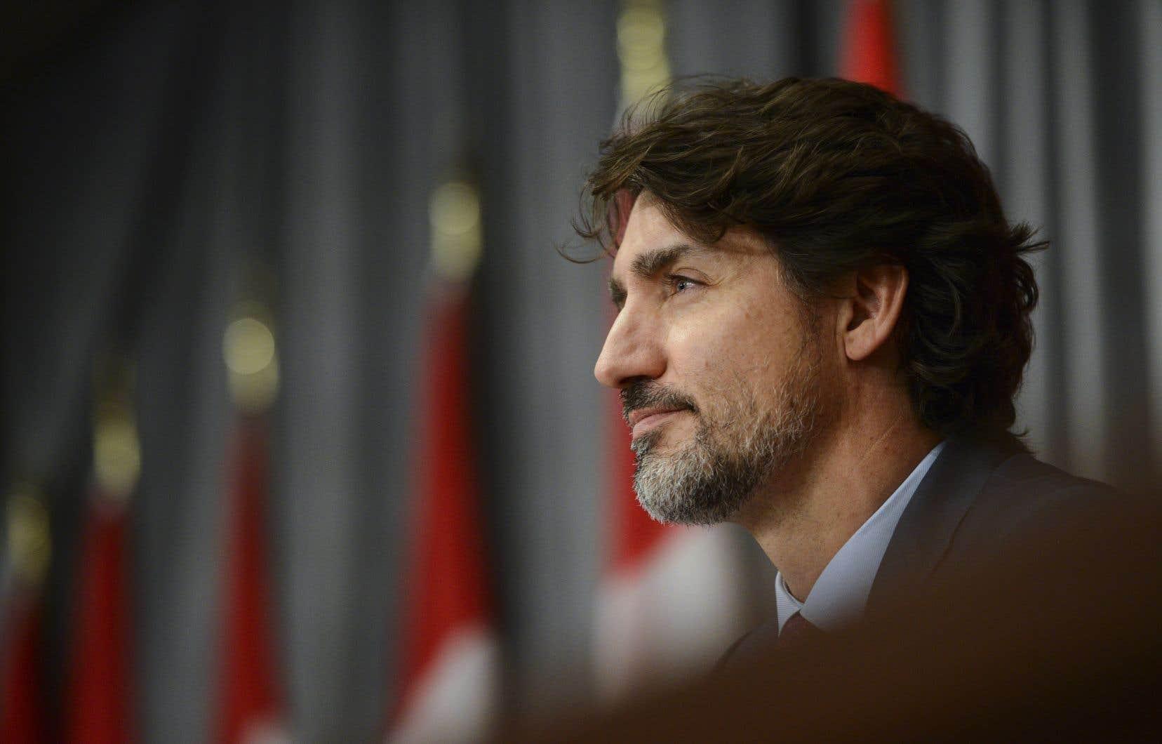 Le premier ministre Justin Trudeau est accusé par l'opposition de s'être placé en conflit d'intérêts en ne se récusant pas des discussions au cabinet concernant une entente de contribution avec l'organisme de charité UNIS avec lequel sa famille entretient des liens étroits.