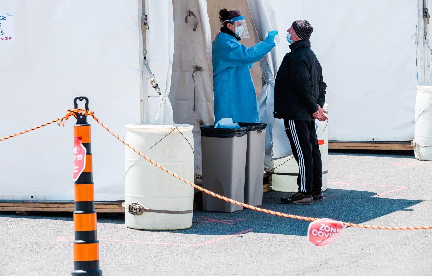 Les CIUSSS doivent s'occuper du déploiement de cliniques mobiles sur leur territoire, recommande un interne soumis au ministre de la Santé, Christian Dubé, le 23 juin. Mais cela doit être fait «en étroite collaboration» avec la Direction régionale de la santé publique de Montréal, poursuit-on dans le document.