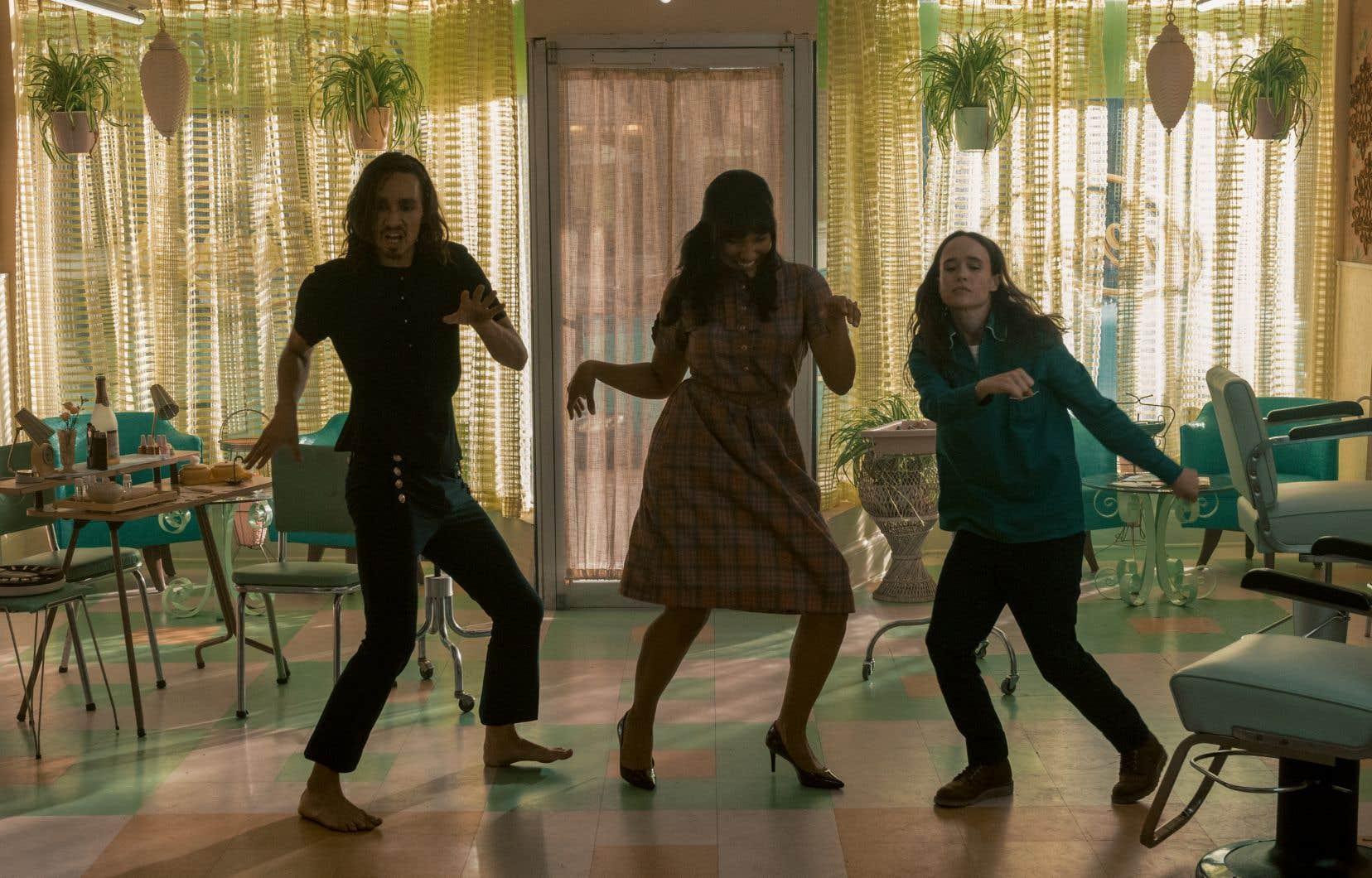 On retrouve les héros Klaus, Allison et Vanya Hargreeves (Robert Sheehan, Emmy Lampman et Ellen Page) dans les années 1960. Les scènes où chorégraphies endiablées et chansons décalées se combinent font partie des plus grands attraits de «Umbrella Academy». Et c'est toujours le cas dans la saison 2.