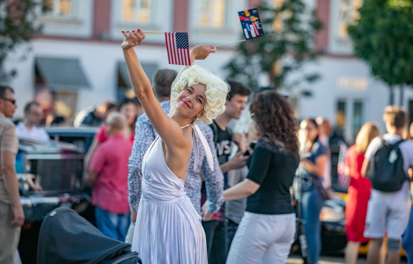La Ville  de Vilnius,  en Lituanie,  a choisi d'offrir à ses citoyens  le monde sur  un plateau  d'argent. Faute de pouvoir  se barrer  à Londres, Paris ou Tokyo,  les Vilnois  peuvent  s'imaginer  chaque nouveau week-end dans différentes  capitales  du monde, tantôt dans  une trattoria  de Naples,  tantôt dans  une ruelle  de Barcelone.