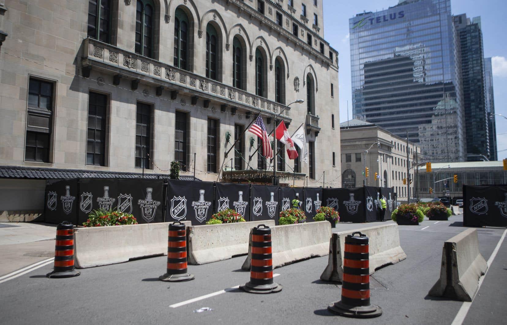 Un tronçon de la rue longeant l'hôtel Royal York a été fermé pour créer une «bulle» sanitaire à Toronto, dans laquelle les équipes demeureront jusqu'à la fin du tournoi de relance de la LNH.