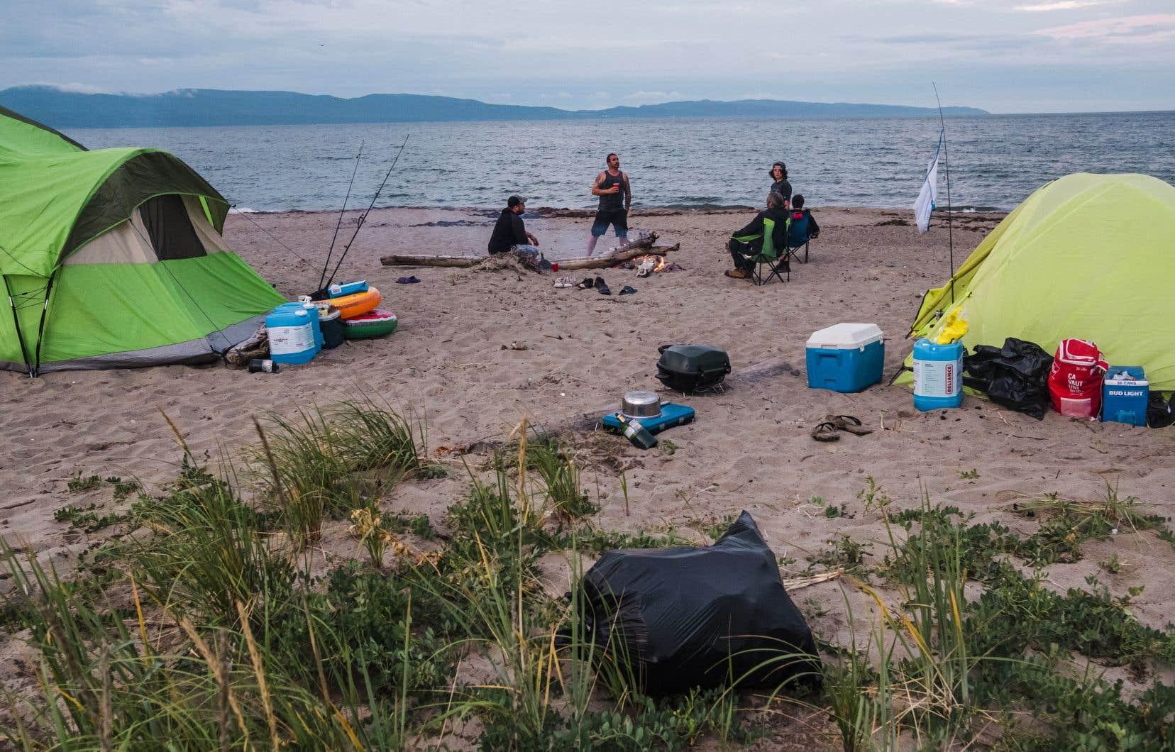 Chaque soir, des dizaines de tentes font leur apparition sur les plages de Gaspé. Sur la photo, une famille de Lanaudière croisée lundi soir sur la plage de Haldimand.