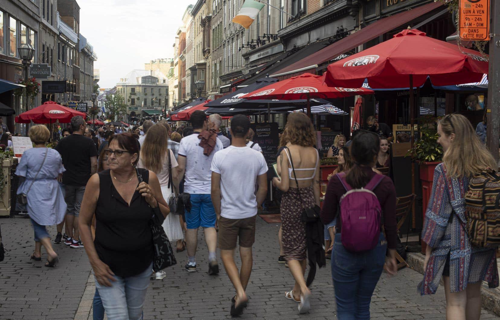 Les touristes ont pris d'assaut la rue Saint-Jean, dans le Vieux-Québec, depuis le début des vacances de la construction.