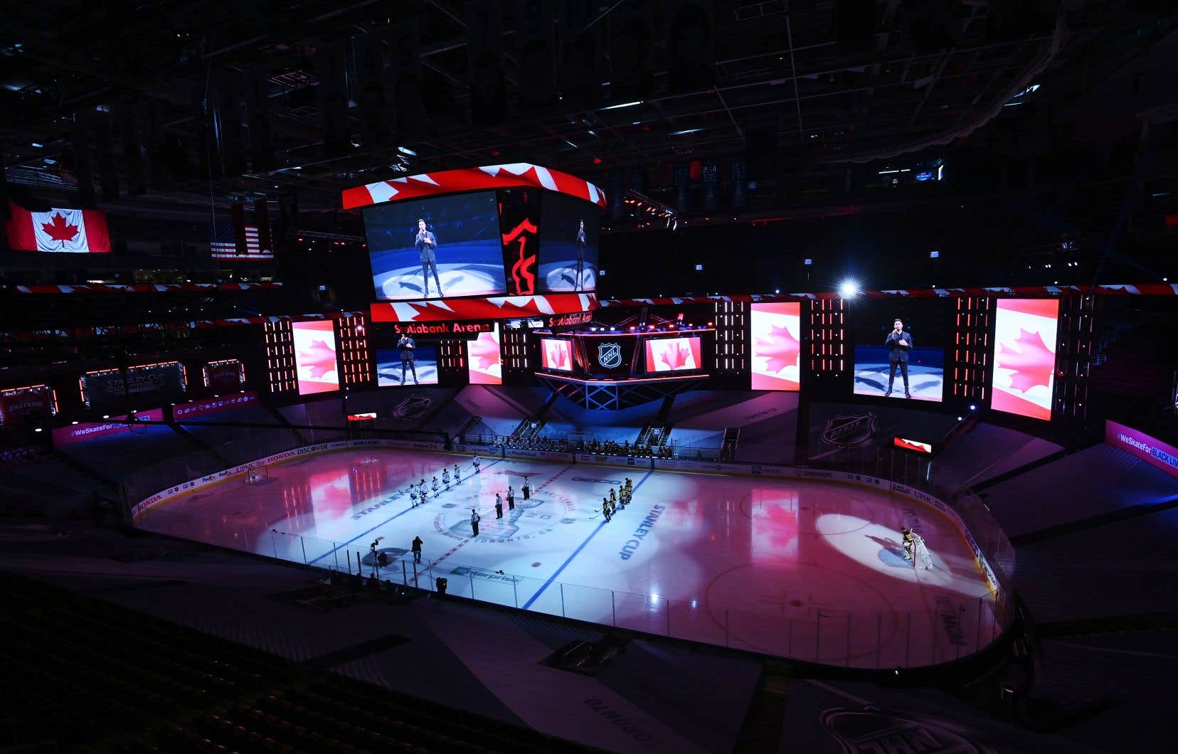 Le chanteur Michael Buble chante l'hymne nationale sur grand écran depuis sa ville natale de Vancouver avant les éliminatoires de la Coupe Stanley à Toronto samedi.