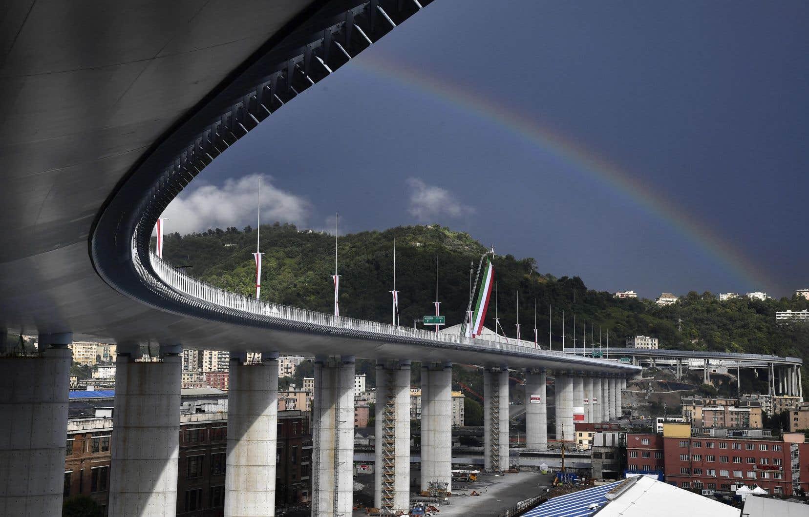 Blanc et profilé, le nouveau pont a un peu la forme de la carène d'un bateau, hommage à l'histoire maritime de la ville.