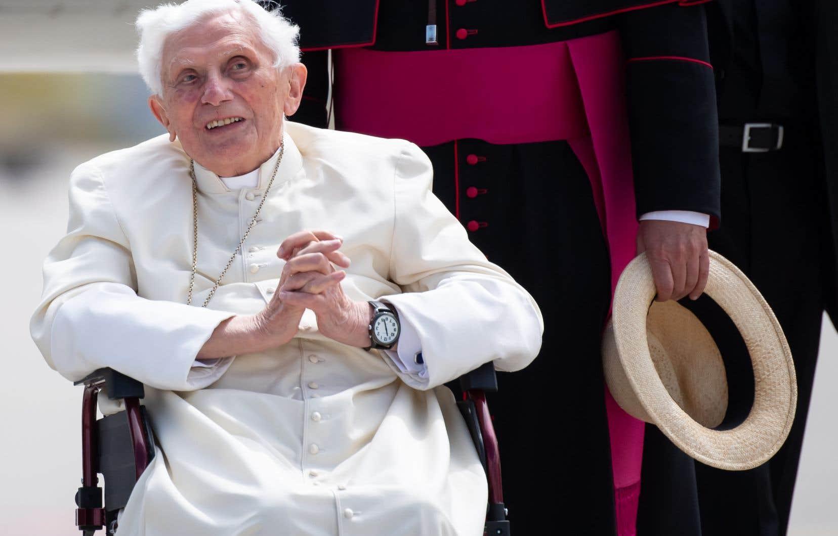 Premier pape à démissionner en près de 600ans, Benoît XVI, qui avait invoqué des raisons de santé, mène une vie retirée dans un petit monastère du Vatican depuis sa renonciation en 2013.