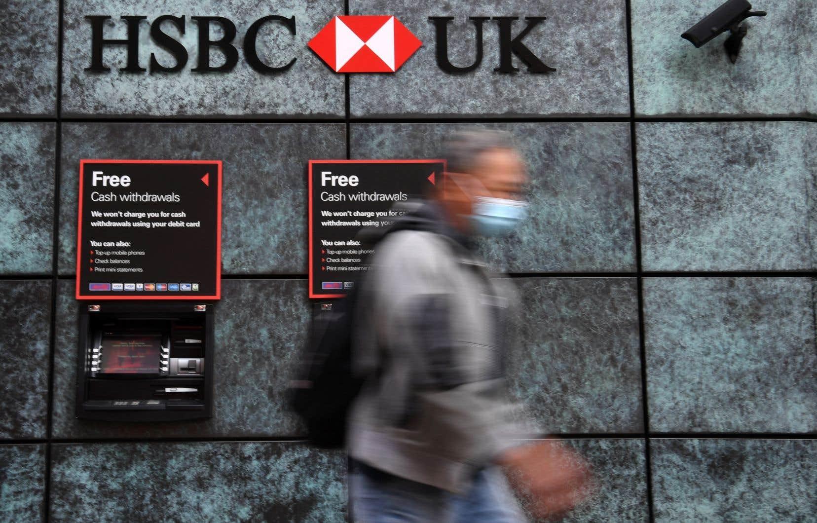 Le géant bancaire sino-britannique HSBC, déjà en perte de vitesse avant la crise sanitaire, a annoncé lundi une chute de 77% de son bénéfice net à 1,97milliard de dollars au premier semestre et son effondrement à 192millions entre avril et juin.