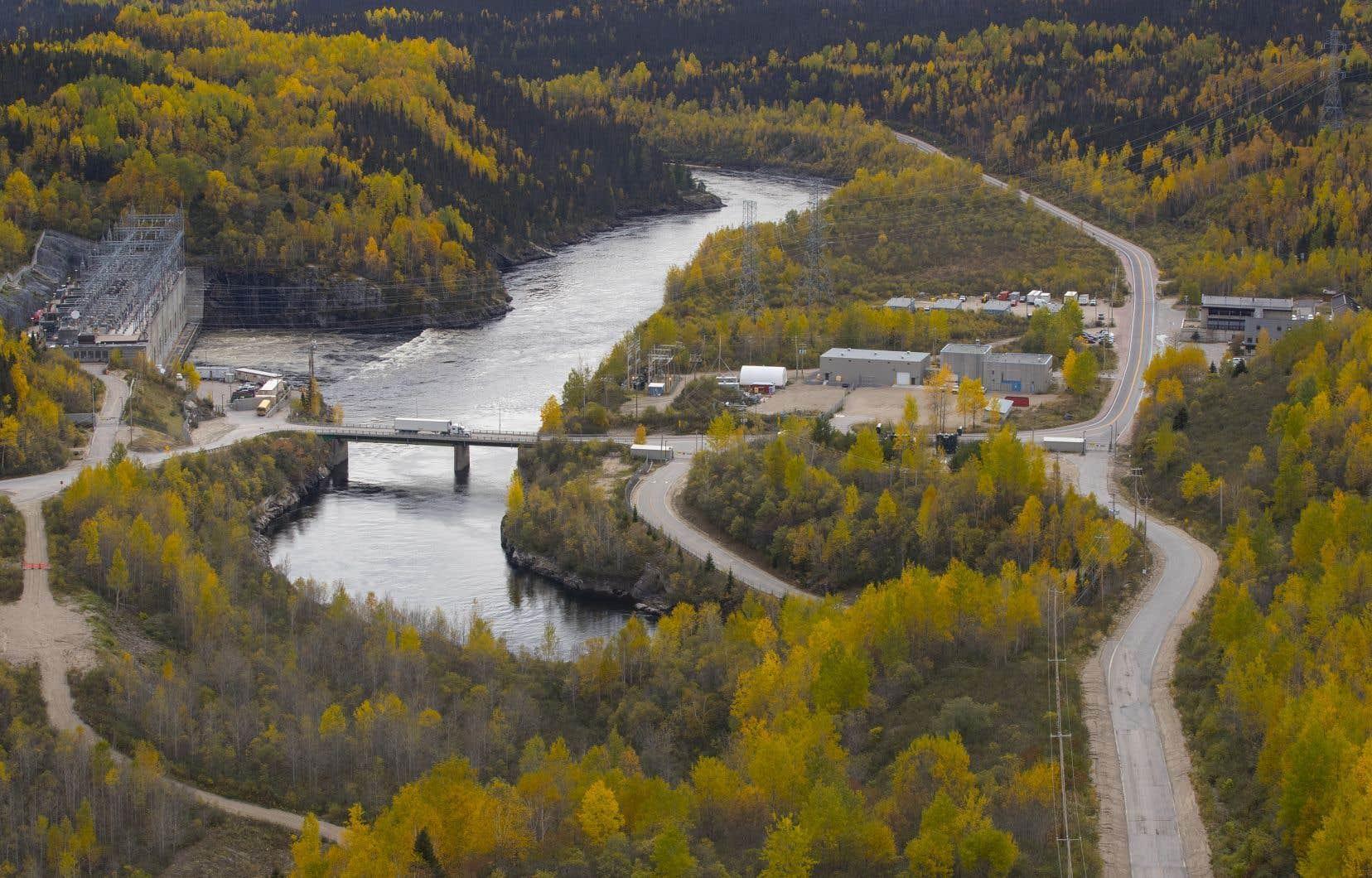 Les Innus de Pessamit et les Atikamekws de Wemotaciaccusent le gouvernement d'avoir bâti des barrages, des réservoirs et des lignes de transport sur leurs territoires de manière illicite. Sur la photo, le barrage Daniel-Johnson